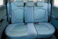Складное заднее сиденье считается трехместным, но долго продержаться втроем здесь невозможно