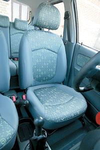 Подушка водительского сиденья регулируется по высоте — это плюс. А недостаточный диапазон продольной регулировки — явный минус