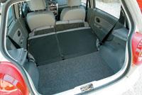 Заднее сиденье складывается почти вровень с полом, но при этом передние кресла нужно немного сдвинуть вперед: рослым водителям придется туго